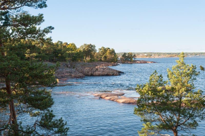 Ansicht eines ruhigen Küstenschachtes lizenzfreie stockfotografie