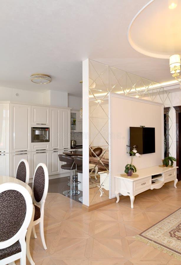 Ansicht eines Salons und der Küche teilte sich durch ein interroom m lizenzfreie stockfotos