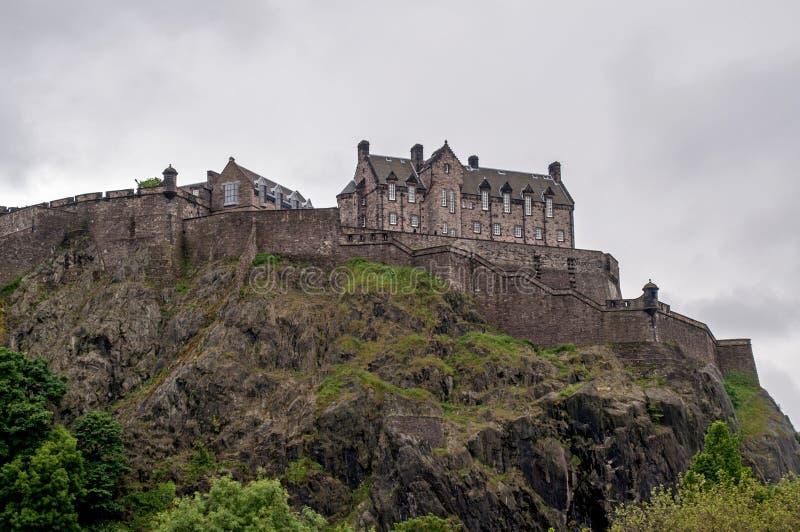 Ansicht eines Schlosses vom Park in Edinburgh stockfotos