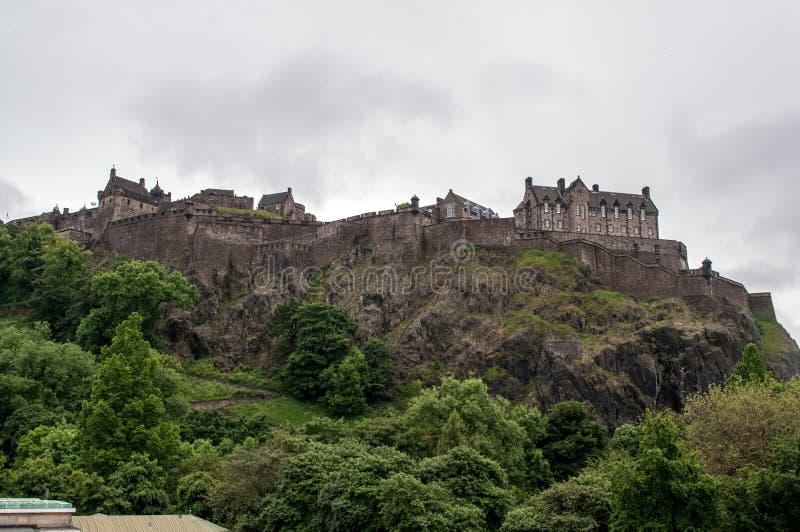 Ansicht eines Schlosses vom Park in Edinburgh lizenzfreies stockbild