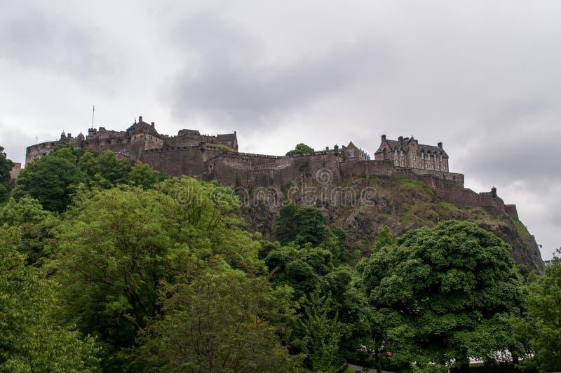 Ansicht eines Schlosses vom Park in Edinburgh lizenzfreie stockbilder