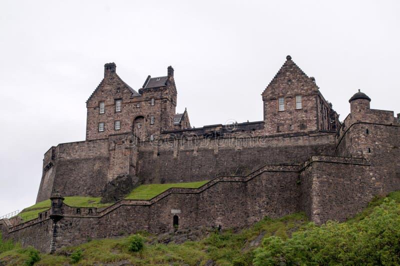 Ansicht eines Schlosses vom Park in Edinburgh stockbild