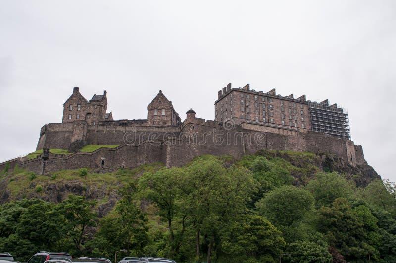 Ansicht eines Schlosses vom Park in Edinburgh stockbilder