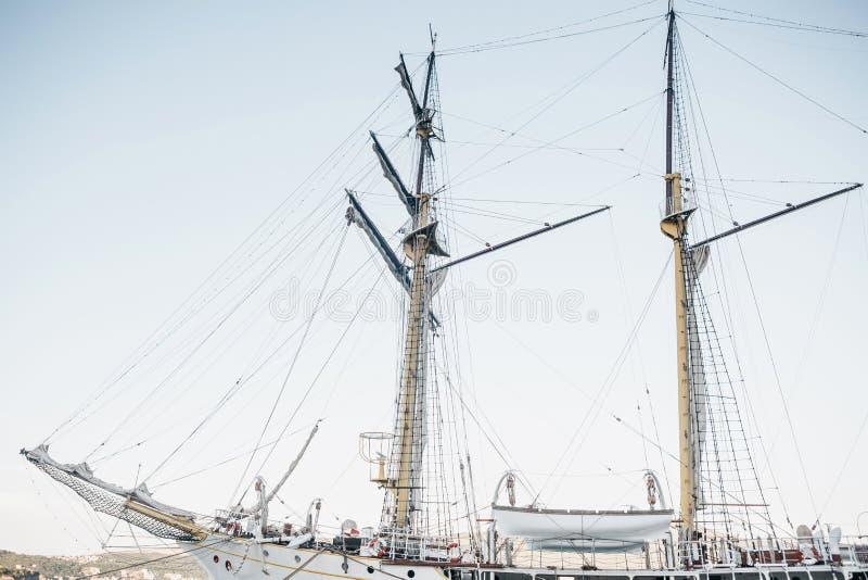 Ansicht eines Segelschiffs mit Masten lizenzfreie stockbilder