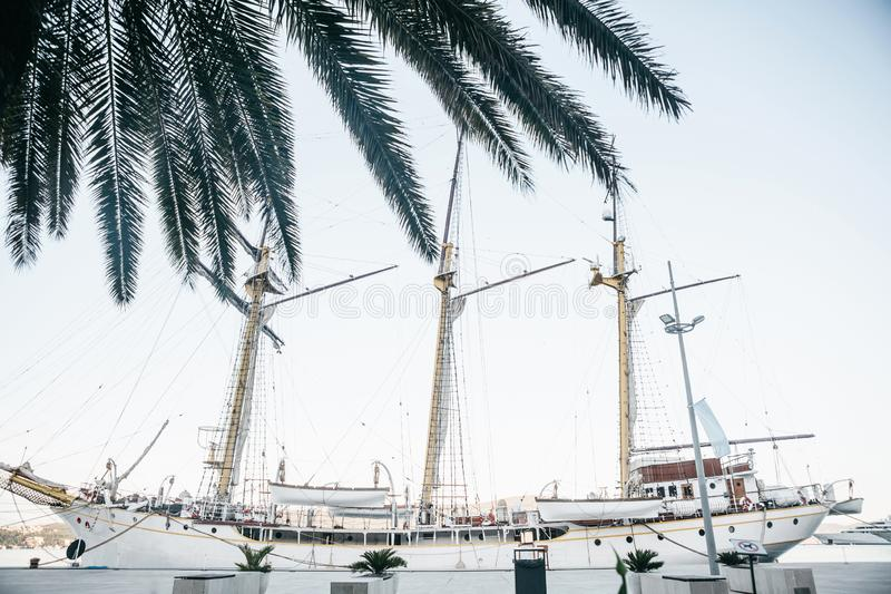 Ansicht eines Segelschiffs mit Masten stockfoto
