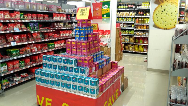 Ansicht eines Supermarkt-Speichers oder des Lebensmittelgeschäfts lizenzfreies stockbild
