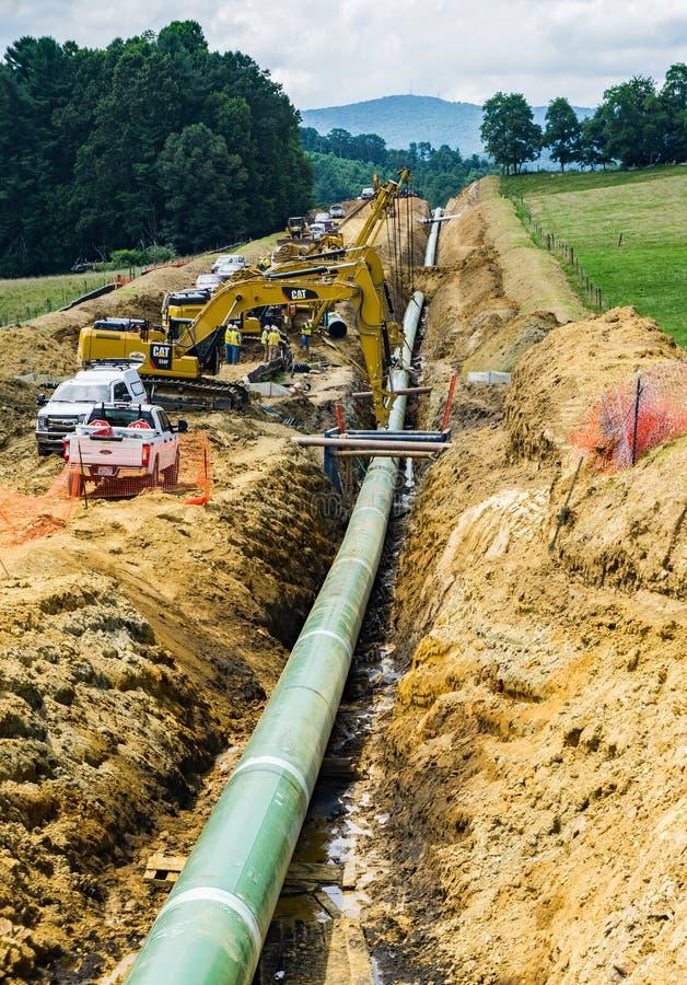 Ansicht-Gebirgstal-Rohrleitung, die unter blauen Ridge Parkway, Virginia, USA geht stockfotos