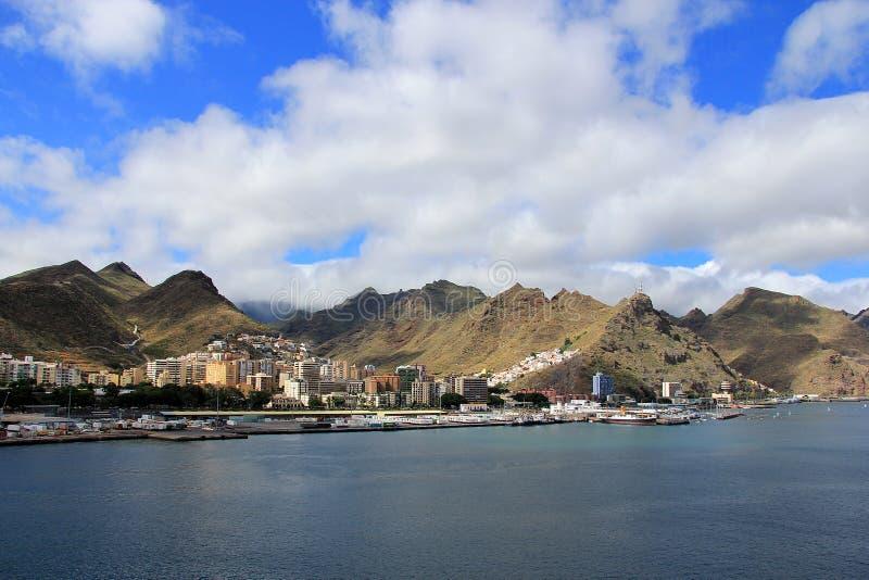 Ansicht am Gebirgszug von einem Kreuzschiff - Santa Cruz de Tenerife, Kanarische Inseln stockbilder