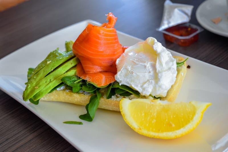 Ansicht geräucherten Salmon Avocado Cream Cheese Toasts stockfotos