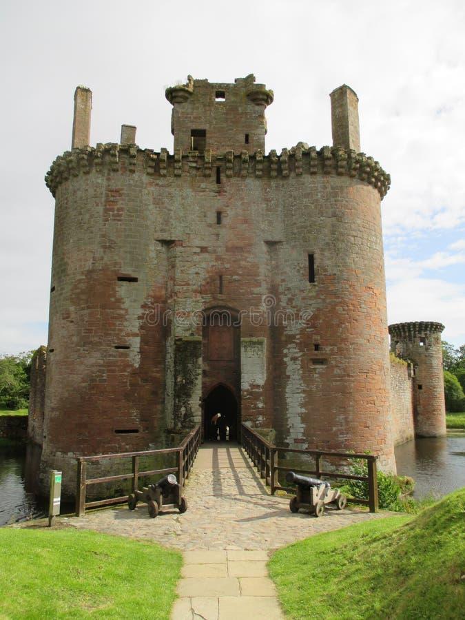 Ansicht am Haupteingang zu Caerlaverock-Schloss, Dumfries, Schottland, Großbritannien stockbilder