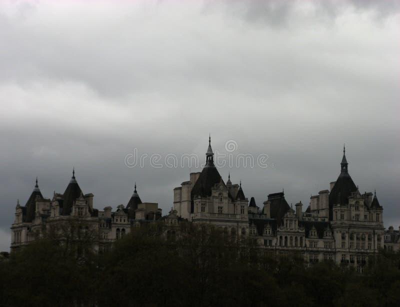 Ansicht - Haus mit Bäumen und Himmel stockfotografie