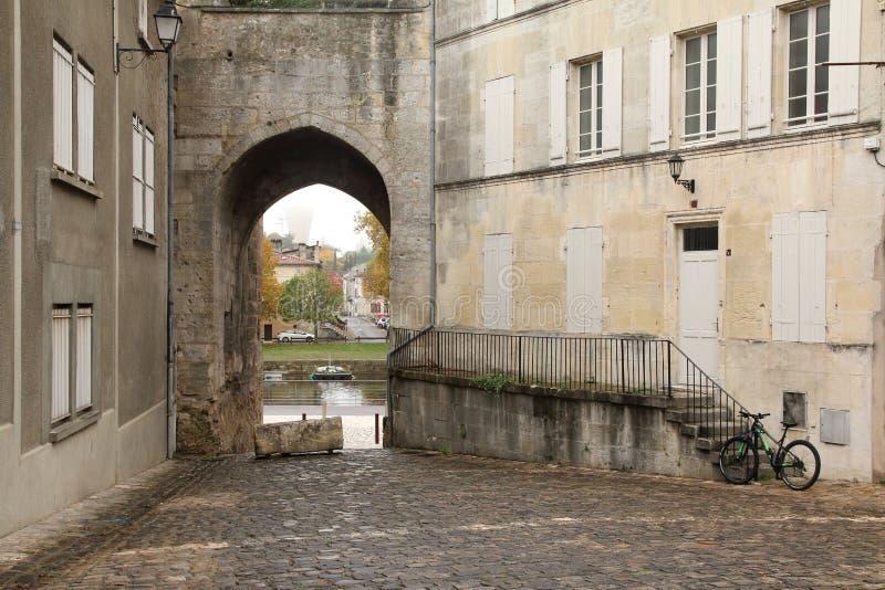 Ansicht hinunter einen typischen alten Weg im Kognak Frankreich lizenzfreie stockbilder