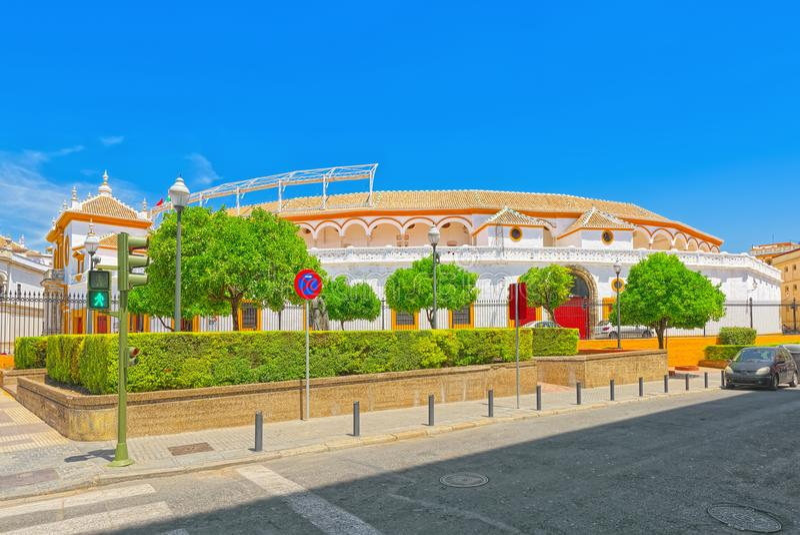 Ansicht im Freien der Arena an des Quadrats von Stieren königliches Maestranza von lizenzfreie stockfotos