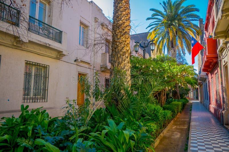 Ansicht im Freien des herrlichen Gartens mit Anlagen und Palmen zwischen Gebäuden im Barrio Yungay in Santiago, Kapital von lizenzfreie stockfotografie