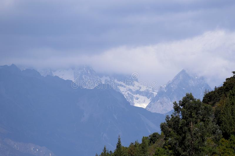 Ansicht Jade Dragon Snow Mountains in den Wolken von Jade Spring Park, Lijiang stockfotos