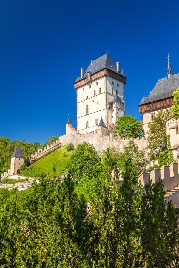 Ansicht königlichen Schlosses Karlstejn am sonnigen Tag, nahe von Prag lizenzfreie stockfotos