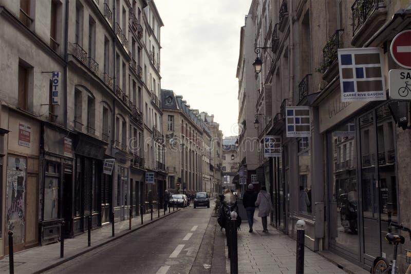 Ansicht Leute in St- Germainbereich von Paris lizenzfreie stockbilder