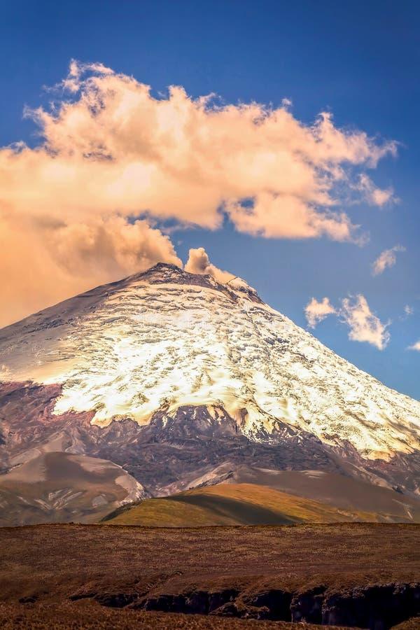 Ansicht mit Gas-Eruption von Cotopaxi-Vulkan stockfotos