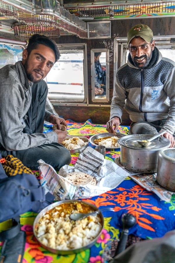 Ansicht mit indischen Fahrern innerhalb des LKWs kochen und essend stockfotografie