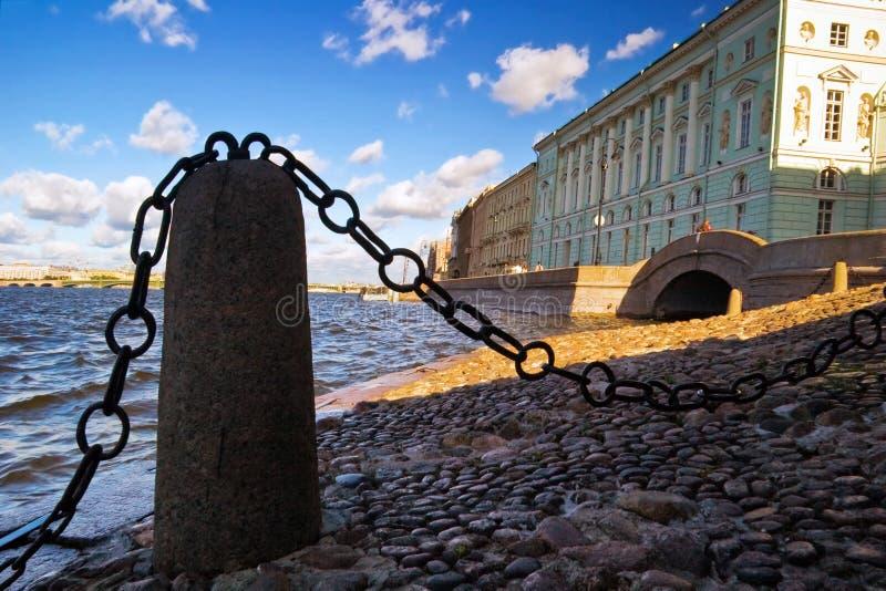 Ansicht mit Kette auf Neva Fluss stockfotos