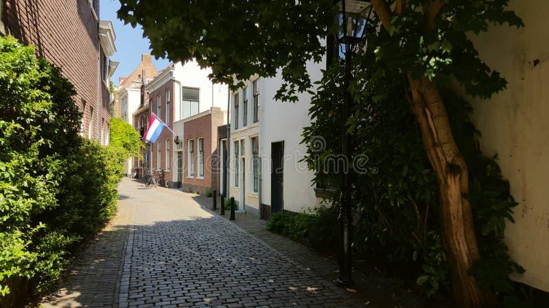 Ansicht mit niederländischer Flagge in der historischen Straße in Utrecht stockfotografie