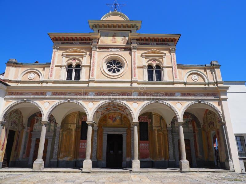 Ansicht mittelalterlicher Kirche Fassade Madonnas Del Sasso mit Spalten in Locarno-Stadt auf See Maggiore in der Schweiz lizenzfreies stockbild