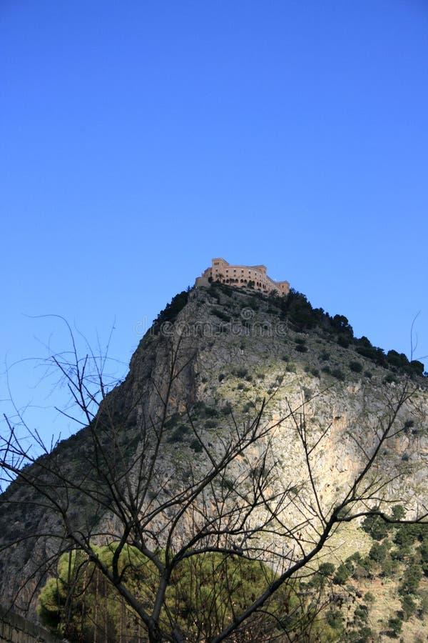 Ansicht: Montierung, Schloss u. Blau-Himmel lizenzfreies stockfoto