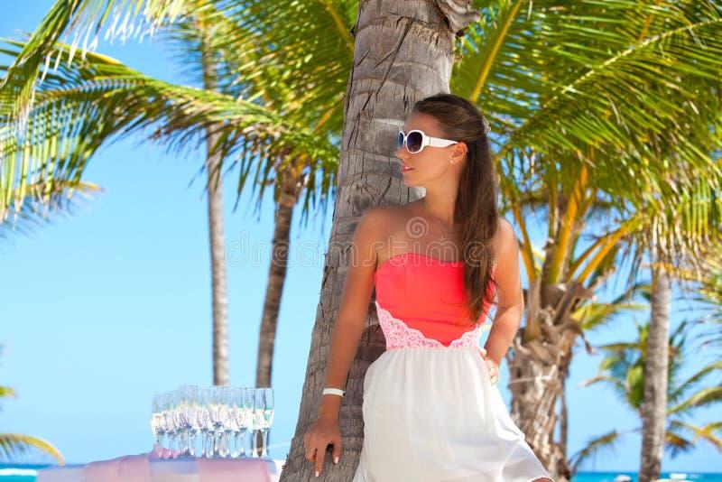 Ansicht netter junger Dame im Kleid auf dem Strand stockfotos