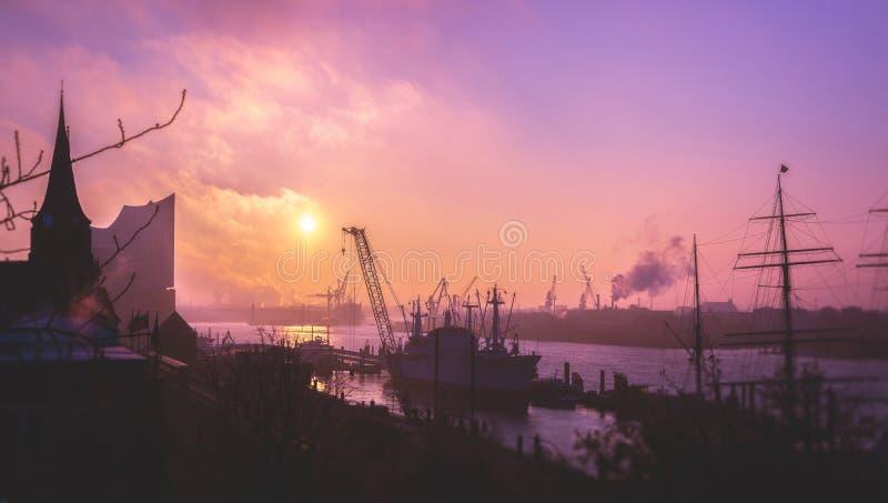 Ansicht ove das Landungsbrücken in Hamburg bei Sonnenaufgang lizenzfreie stockfotos