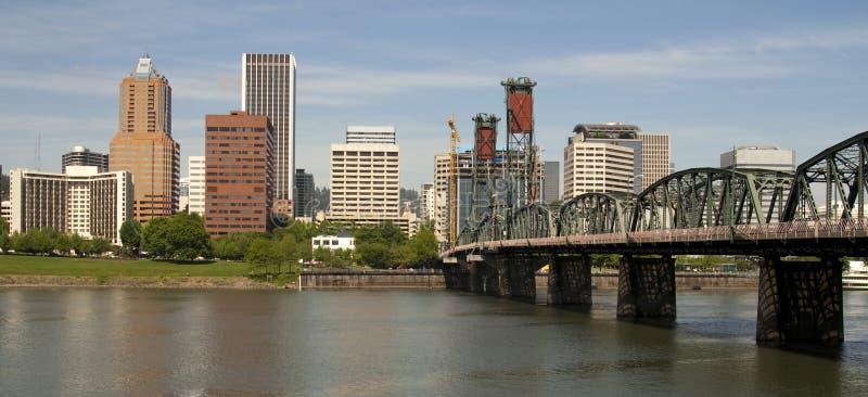 Ansicht Portlands Oregon über im Stadtzentrum gelegenen Willamette Fluss umfassen stockfotografie
