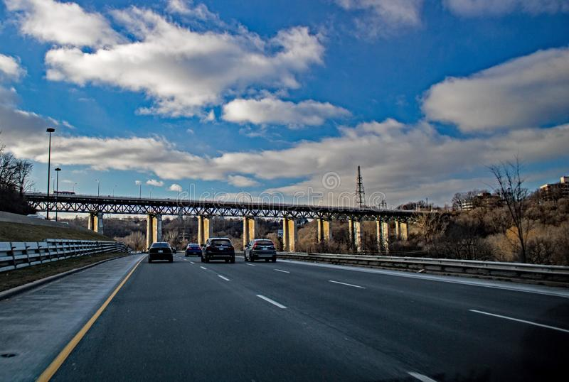 Ansicht-Reisen nach Süden gehend auf Don Valley Parkway stockbilder