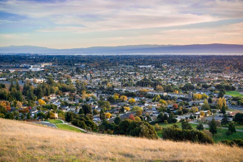 Ansicht in Richtung in Richtung Fremont und zur Verbands-Stadt von Garin Dry Creek Pioneer Regional-Park stockbilder