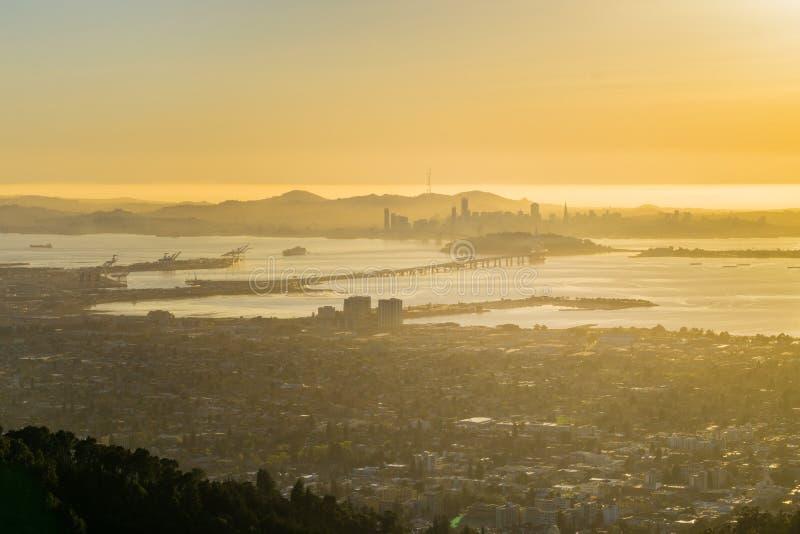 Ansicht in Richtung in Richtung San Francisco und zur Buchtbrücke bei Sonnenuntergang, Kalifornien lizenzfreie stockbilder