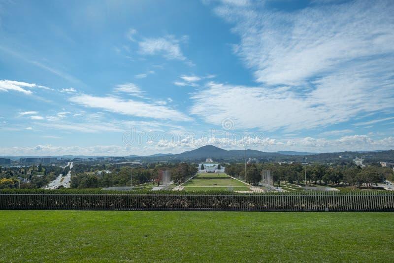 Ansicht in Richtung zu Australiens altem Parlamentsgebäude vom Haupthügel, Canberra lizenzfreie stockfotografie