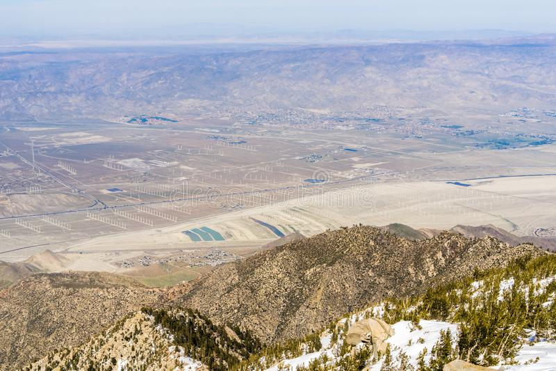 Ansicht in Richtung zu einem Feld von Windkraftanlagen im Nordpalm springs, Coachella Valley, vom Berg San Jacinto State Park, Ka stockfotos