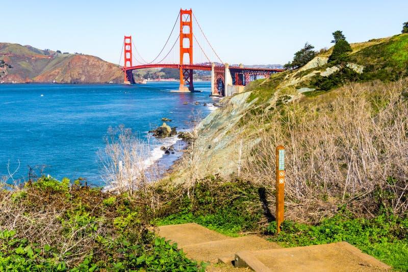Ansicht in Richtung zu Golden gate bridge von der Küstenspur, Presidio-Park, San Francisco, Kalifornien stockbilder