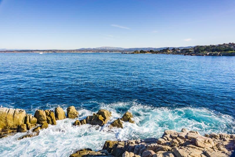 Ansicht in Richtung zu Monterey-Bucht von den Liebhabern zeigen, Pazifik Grove, Kalifornien lizenzfreies stockfoto