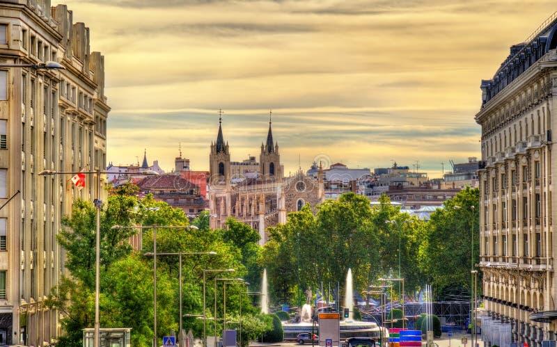 Ansicht in Richtung zu San Jeronimo el Real Church in Madrid stockbild