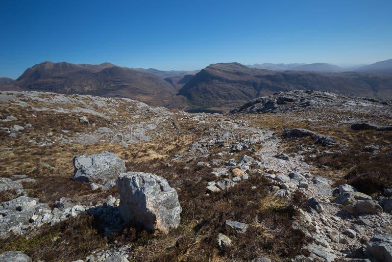 Ansicht in Richtung zu Slioch vom Gebirgspfad im nationalen Naturreservat Beinn Eighe lizenzfreie stockbilder