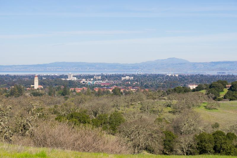 Ansicht in Richtung zu Stanford-Campus und Hoover-Turm, Palo Alto und Silicon Valley von den Stanford-Tellerhügeln, Kalifornien lizenzfreies stockbild