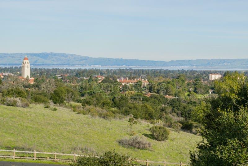 Ansicht in Richtung zu Stanford-Campus und Hoover-Turm, Palo Alto und Silicon Valley von den Stanford-Tellerhügeln, Kalifornien lizenzfreie stockfotografie