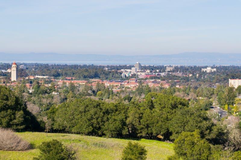 Ansicht in Richtung zu Stanford-Campus und Hoover-Turm, Palo Alto und Silicon Valley von den Stanford-Tellerhügeln, Kalifornien stockfotografie