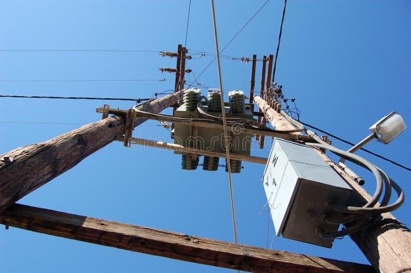 Ansicht in Richtung zum Elektrizitätspol stockbild