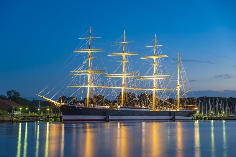 Ansicht in Richtung zum vier-bemasteten Segelschiff Passat in TravemÃ-¼ nde stockfotografie