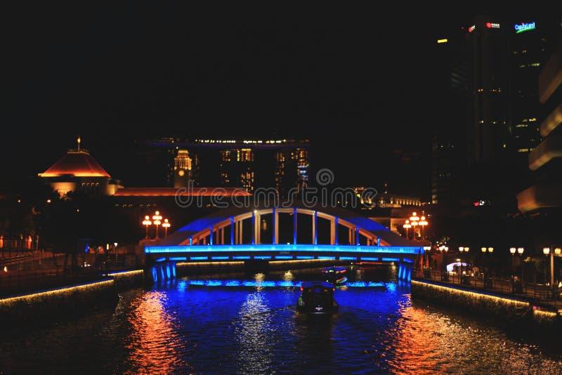 Ansicht Singapurs des Wassertransportes nachts stockbilder