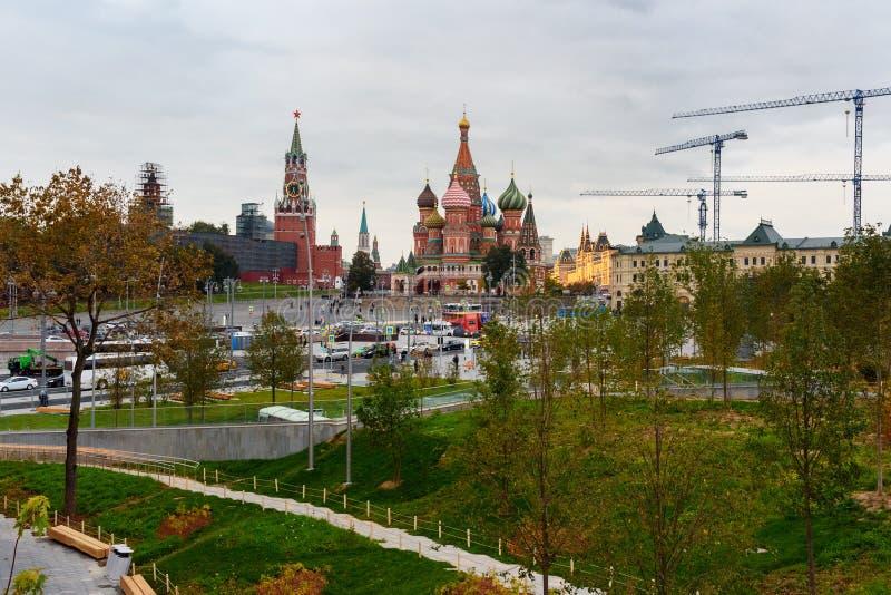 Ansicht St.-Basilikum ` s des Kathedralen- und Spasskaya-Turms von Moskau der Kreml vom Park Zaryadye moskau Russland stockbilder