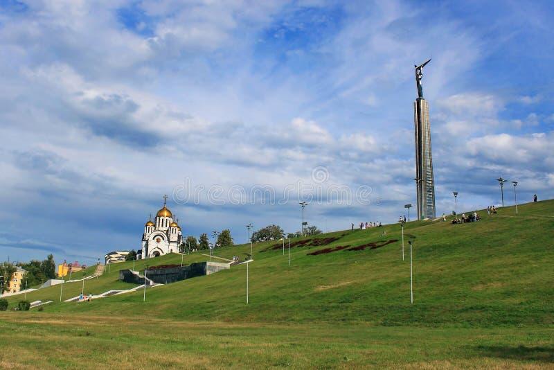 Ansicht-Stella-TURM und das Tempelmonument zu George das siegreiche in der Stadt von Samara stockfotos