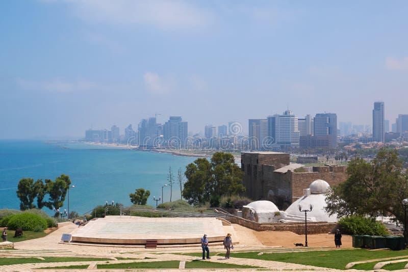 Ansicht Tel Avivs vom Amphitheater im Abrasha-Park in altem Jaffa, Israel lizenzfreies stockbild