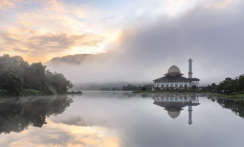 Ansicht und Reflexion der Darul-Quran-Moschee lizenzfreie stockbilder