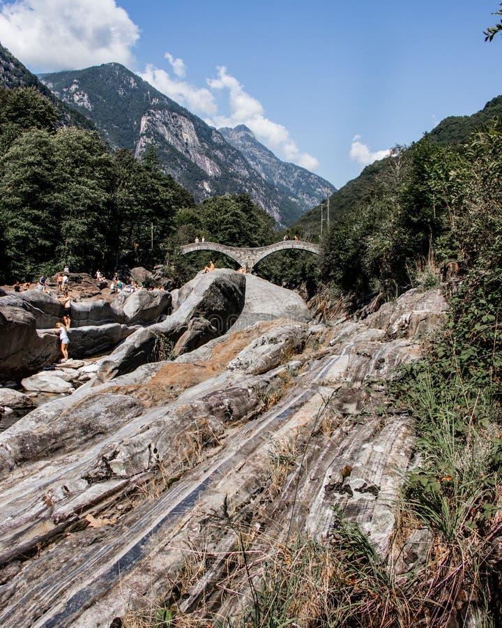 Ansicht in Valle Verzasca, berühmter Schweizer Standort mit doppeltem Bogen s lizenzfreies stockbild